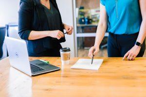 personnes échangeant sur la vision d'entreprise