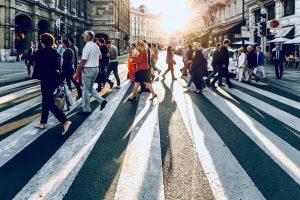 personnes traversant une route