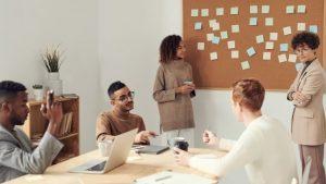 groupe de personnes échangeant en méthode agile